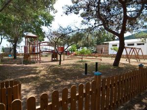 U kampu postoji dečije igralište