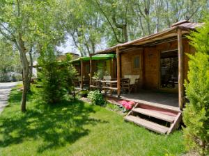 Drveni bungalovi u kampu Talata