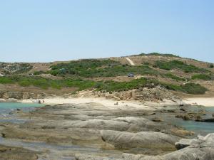 Plažu karakterišu interesantne stenovite formacije