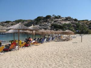 """Na plaži postoje ležaljke i suncobrani koji su u vlasništvu taverne """"Korali"""""""