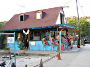 U sklopu kampa radi maleni beach bar