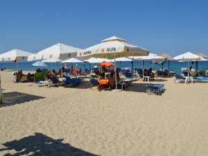 Plaža je peščana i organizovana