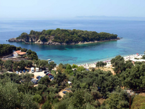 Ostrvce Agia Paraskevi preko puta plaže
