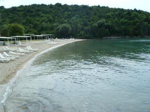 Desno od glavne plaže postoji još jedna