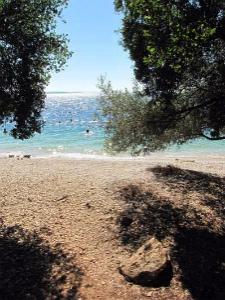 Na plaži Elia postoji mnogo prirodnog hlada