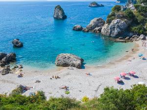 Piso Krioneri je manja od dve gradske plaže u Pargi