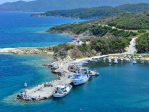 Na desnom kraju naselja se nalazi marina iznad koje je crkva